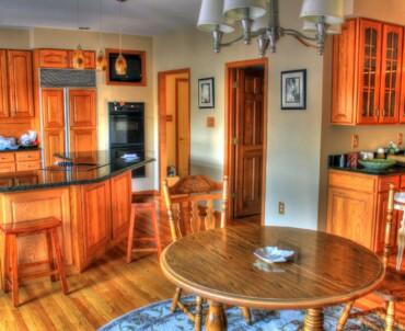 Czy warto użyć mebli z drewna w kuchni?
